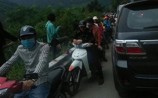 Người dân ùn ùn đổ về ngắm hoa, đường lên Mẫu Sơn tắc hàng km