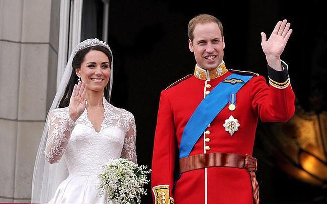"""Cung điện hoàng gia Anh đăng ảnh kỷ niệm 8 năm kết hôn của vợ chồng Công nương Kate nhưng bình luận của người hâm mộ mới khiến cặp đôi này """"run rẩy"""""""