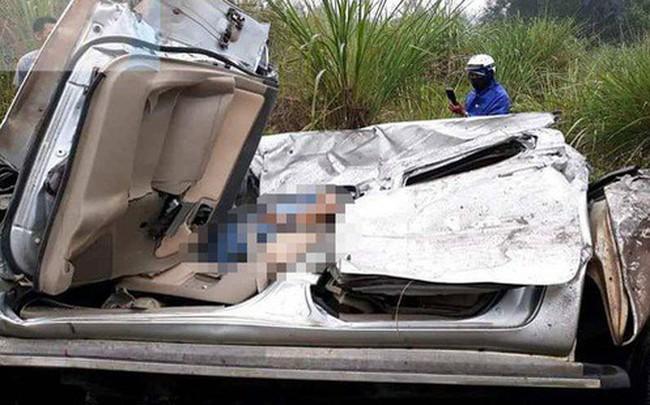"""Tài xế kẹt cứng trong chiếc xe bán tải """"nát tươm"""" sau tai nạn"""