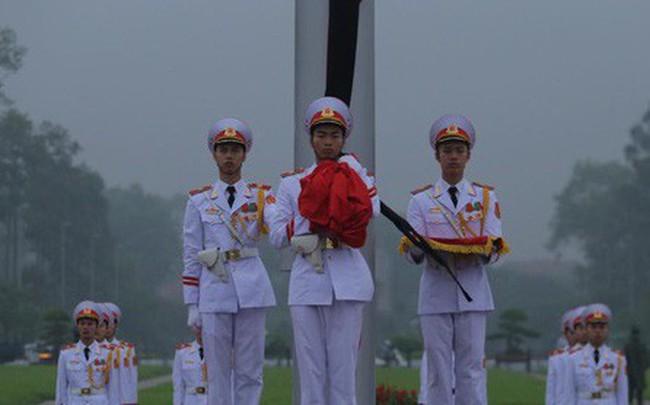 Toàn cảnh Lễ treo cờ rủ Quốc tang nguyên Chủ tịch nước Lê Đức Anh trong mưa