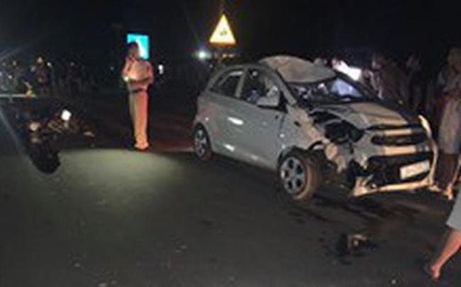 """Xe máy """"đấu đầu"""" ô tô trên QL6 hướng Hòa Bình - Hà Nội, 2 vợ chồng tử vong tại chỗ"""
