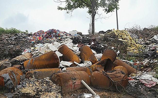 Rác thùng phuy nghi chất thải công nghiệp đổ bậy bên Đại lộ Thăng Long