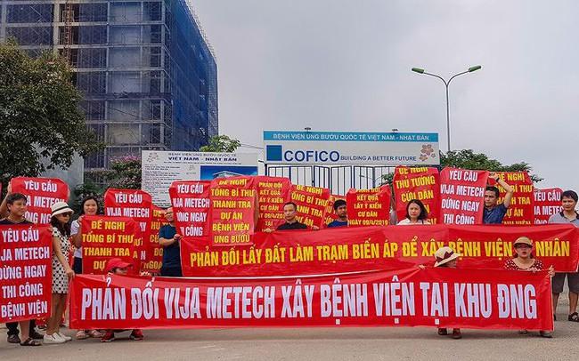Cư dân xuống đường băng rôn vì 'nhồi' thêm bệnh viện vào khu đô thị