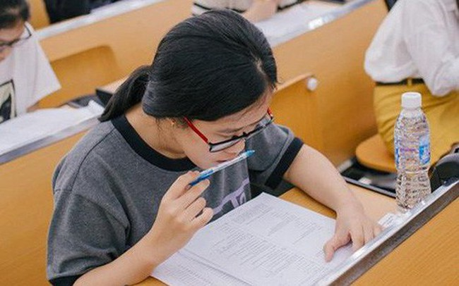 """""""Học để lấy điểm cao"""" hay """"học để dùng trong cuộc sống"""" – câu hỏi không dễ trả lời từ đề thi lạ của ĐH FPT"""
