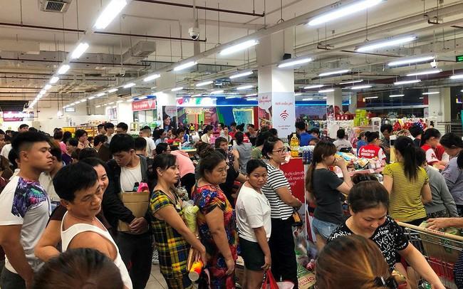 Người dân TPHCM đổ xô gom hàng siêu thị Auchan 'tháo khoán'