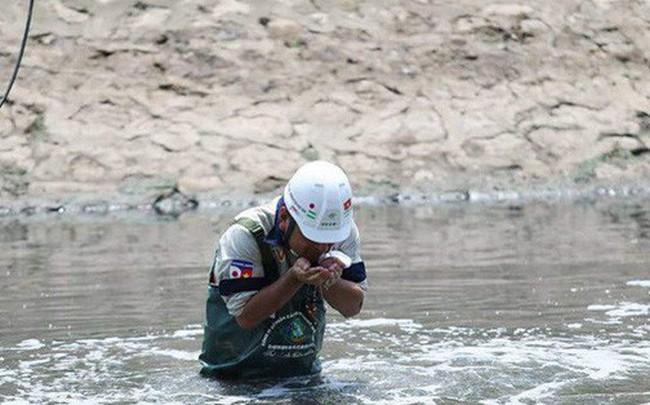 Chuyên gia Nhật Bản lội sông Tô Lịch khảo sát sau 20 ngày thí điểm làm sạch