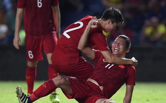 Mải ăn mừng ghi bàn vào lưới Thái Lan, tiền đạo Anh Đức gục ngã trên sân nhưng vẫn nở nụ cười mãn nguyện