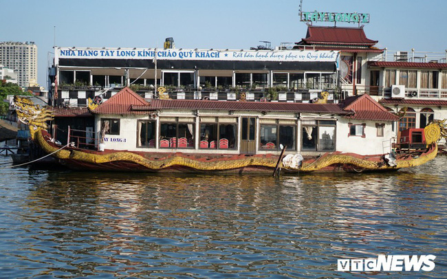 Du thuyền xa hoa một thời hoen gỉ, mục nát trên Hồ Tây