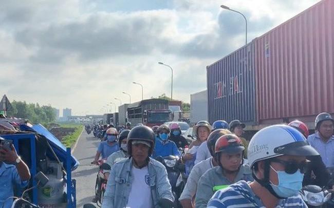 CLIP: Cầu Phú Mỹ lại tê liệt, ngàn người ngao ngán - ảnh 1