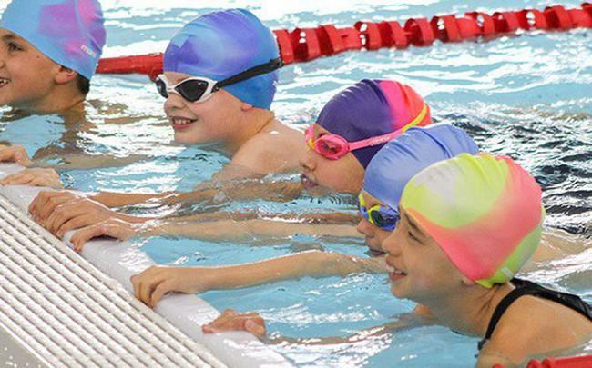 Cho trẻ học bơi từ sớm: Không chỉ giúp thân thể khoẻ mạnh mà còn là kỹ năng sống còn quan trọng