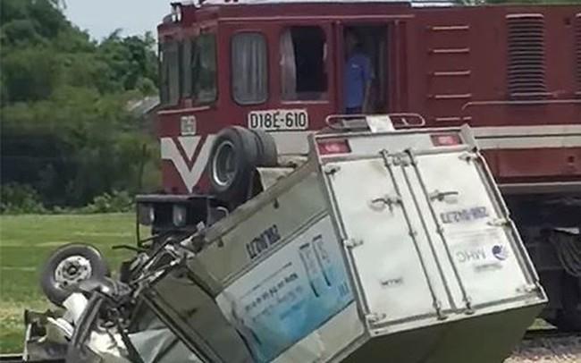 Xe tải bị tàu hỏa đâm bay 100 mét, tài xế đứt lìa chân