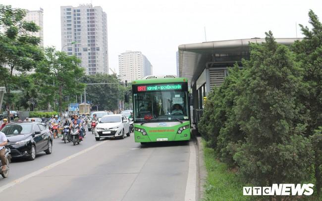 Ảnh: Xe biển xanh cũng lấn làn xe buýt nhanh BRT giữa phố Thủ đô