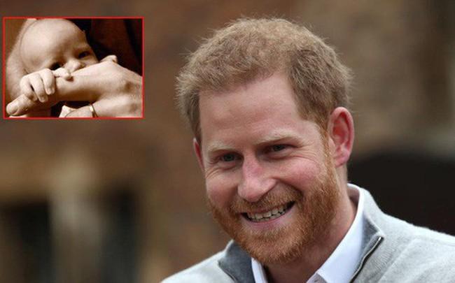 Sau bao ngày chờ đợi, Hoàng tử Harry và Meghan cũng chịu công bố ảnh chụp cận mặt con trai đúng dịp 'Ngày của bố'