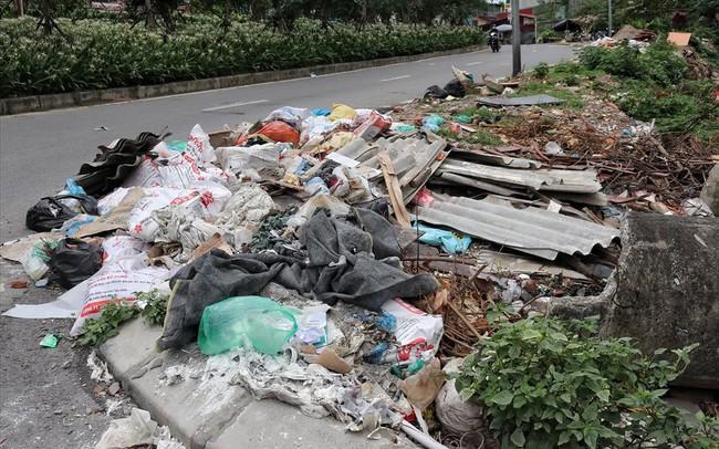 Hà Nội: Rác thải chất đống, bốc mùi ở chân cầu vượt Văn Cao