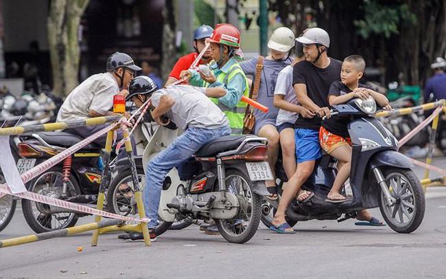 Giao thông hỗn loạn gần dự án ga ngầm trên phố Trần Hưng Đạo
