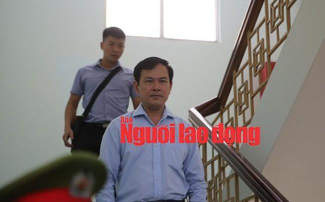 """CLIP: Ông Nguyễn Hữu Linh rời tòa trong """"vòng vây"""" ống kinh phóng viên"""