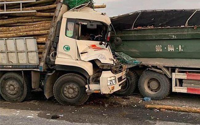 Đâm vào đuôi xe tải nổ lốp trên cầu Thanh Trì, 2 người trên xe chở gỗ tử vong