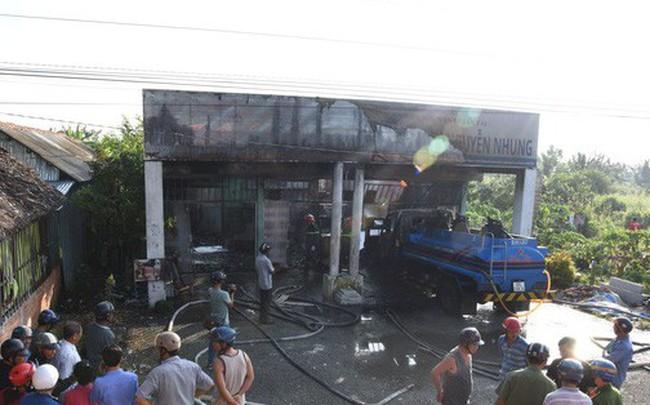Cây xăng ở Cà Mau bốc cháy dữ dội, nhiều người hú vía - ảnh 1