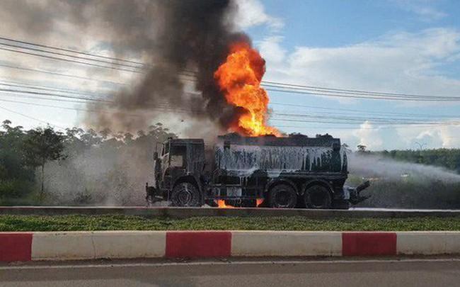 CLIP: Xe ben tông thẳng xe bồn, lửa bốc dữ dội, 2 người bị thiêu cháy trong cabin