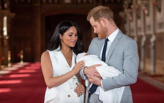 """Hoàng tử Harry trở nên """"tuyệt vọng"""", chán nản hơn sau khi con trai đầu lòng chào đời vì lý do gây tranh cãi"""