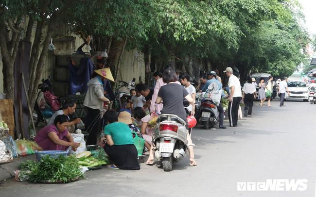 Hình ảnh xấu xí, nhếch nhác như ở chợ quê ngay tại khu đô thị kiểu mẫu Thủ đô