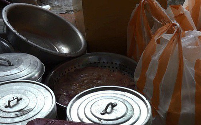 Phát hiện 3 tạ lòng bò bẩn sắp lên bàn nhậu sau khi được chế biến trong nhà vệ sinh