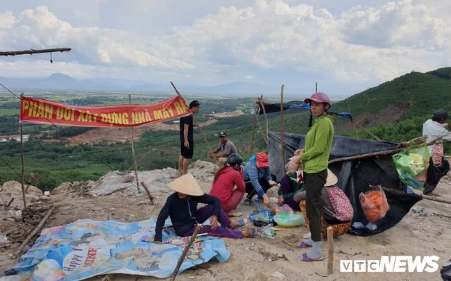 Ảnh: Dân dựng lều trại, ngăn cản thi công lò đốt rác ở Quảng Nam