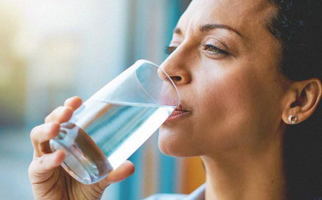 Thay đổi cách thức uống nước để tránh gây tổn hại lượng đường huyết, tim, thận và dạ dày