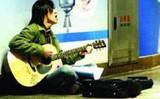 Cho người hát rong 5 đồng lẻ, con trai phải xấu hổ vì việc làm của mẹ mình ngay sau đó