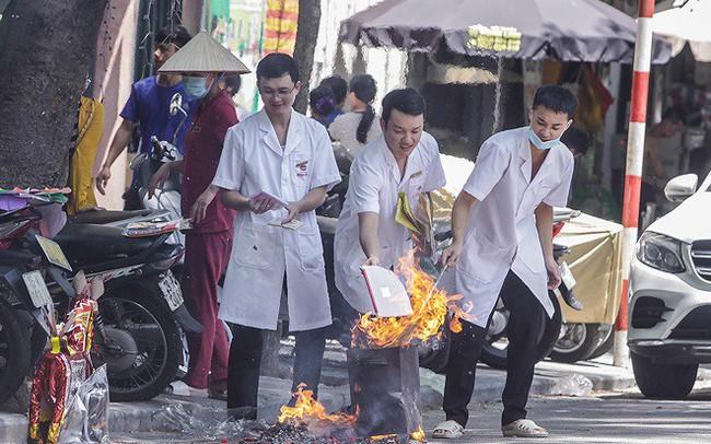 Hè phố Hà Nội đỏ lửa cúng Rằm tháng bảy