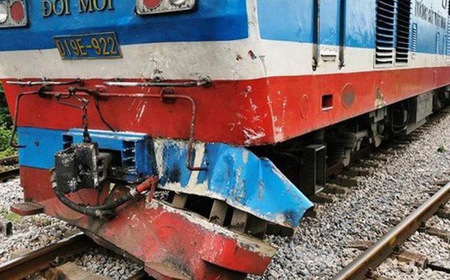 Xe tải chết máy giữa đường sắt, bị tàu hỏa tông bay xuống ruộng - ảnh 1