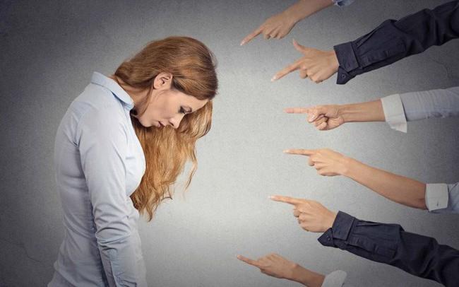 Thực chất: Những người hay phán xét sẽ chẳng hiểu biết gì, còn những người hiểu biết họ sẽ không phán xét ai cả