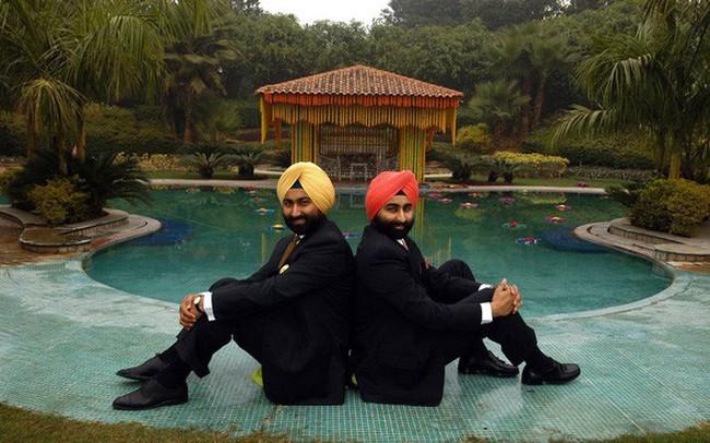 """Drama """"Người thừa kế"""" phiên bản thực: Anh em Singh đánh mất 2 tỷ USD, làm sụp đổ đế chế dược phẩm lớn nhất Ấn Độ chỉ vì đức tin mê muội, """"chiến"""" nhau hơn cả trong phim"""