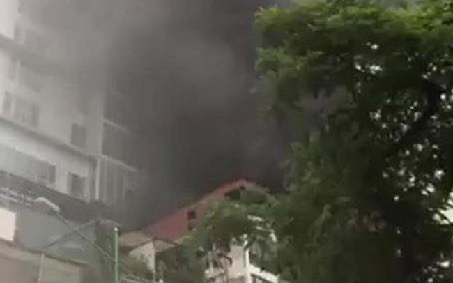 Cháy lớn tại ngôi nhà trên phố Núi Trúc, một người bị mắc kẹt
