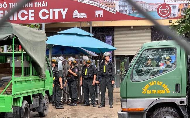 Rất đông cảnh sát vây trụ sở địa ốc Alibaba