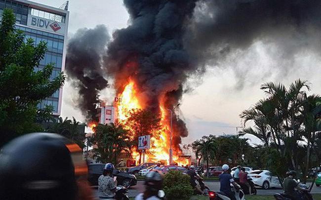 Hải Phòng: Đang cháy lớn tại cửa hàng điện máy Hoàng Gia