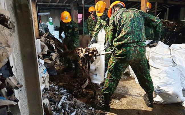 Đã vệ sinh, tẩy độc 3.000m2 mặt sàn nhà kho Công ty Rạng Đông