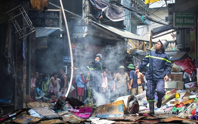 Hà Nội: Hiện trường cháy lớn tại xưởng chăn ga gối đệm Mễ Trì Thượng