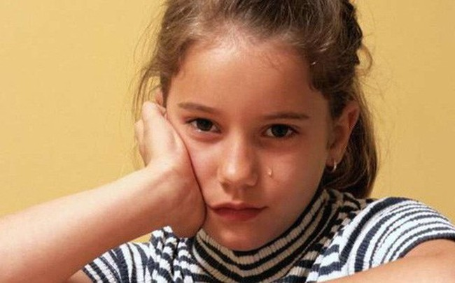 Ngủ dưới ánh đèn trong 3 năm, bé gái dậy thì ngay khi mới 7 tuổi