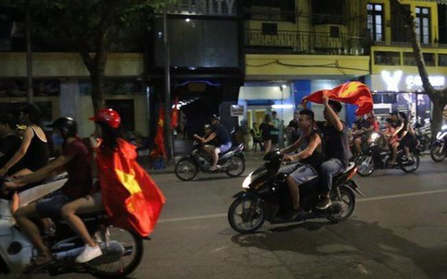Tham gia giao thông sau trận Việt Nam - Malaysia: Vui thôi đừng vui quá! - ảnh 1