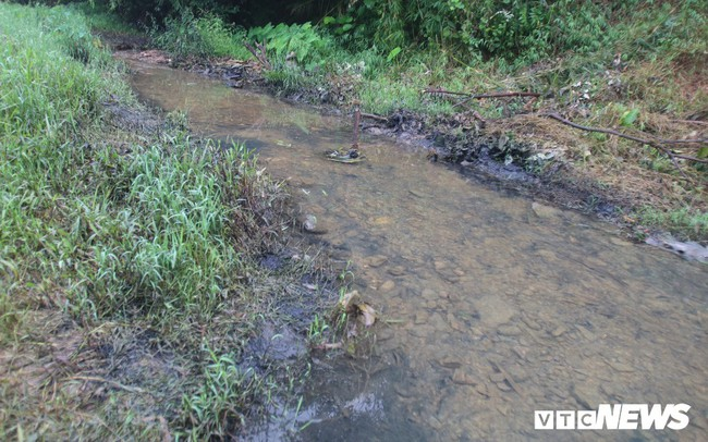 Ảnh: Cận cảnh con suối đen sì gần nhà máy nước sạch sông Đà bị 'đầu độc' bởi dầu thải - ảnh 1