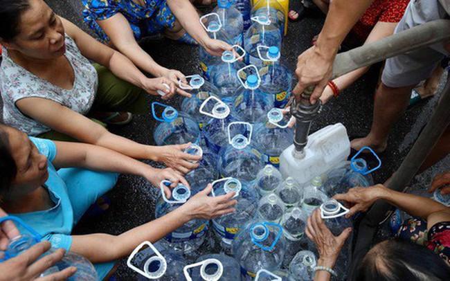 Ảnh, clip: Người dân chung cư HH Linh Đàm tiếp tục xếp hàng nhận nước sạch miễn phí, mòn mỏi chờ kết quả giám định nguồn nước có mùi lạ