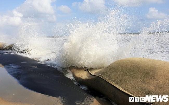 Ảnh: Sóng lớn công phá bờ kè, uy hiếp bãi biển Cửa Đại