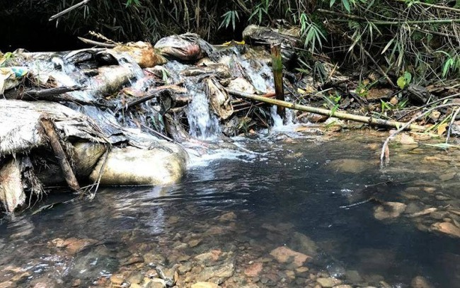 Đổ trộm dầu thải gây ô nhiễm nguồn nước sông Đà sẽ bị xử lý thế nào? - ảnh 1