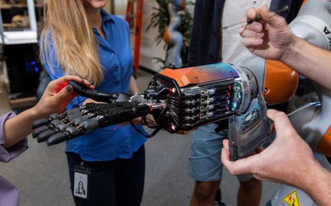 """Công ty được Microsoft mua lại giá gần 1 tỷ USD, Elon Musk từng tham gia sáng lập: Thiết kế bàn tay robot tự học cách chơi rubik, kỳ vọng robot tương lai """"trông giống con người"""""""