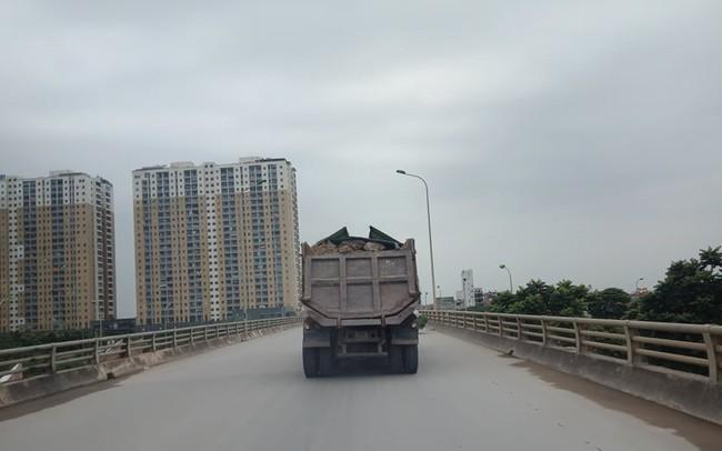 Núi rác thải xây dựng bao trùm tuyến đường đẹp nhất Hà Nội