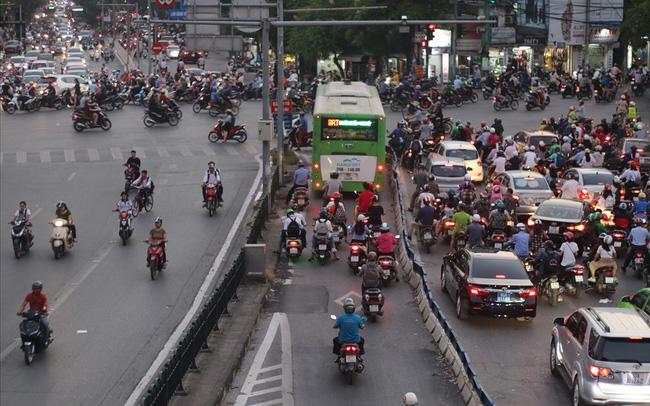 """Nhiều phương tiện chen lấn, buýt nhanh BRT """"rùa bò"""" trên làn dành riêng - ảnh 1"""