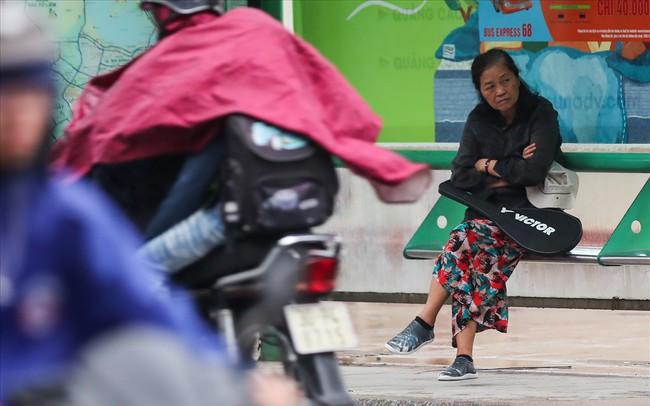 Gió lạnh tràn về, người Hà Nội co ro áo khoác ra đường