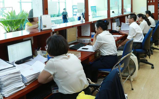 Bộ trưởng Nội vụ: Cán bộ làm hơn 8 giờ, trưa không nghỉ, tối về muộn - ảnh 1