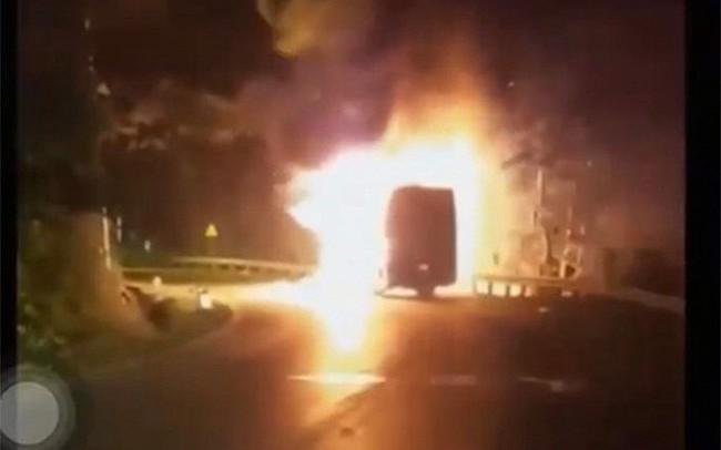 Clip: Xe khách chở 20 người bốc cháy dữ dội khi đang chạy trên quốc lộ Quảng Ninh